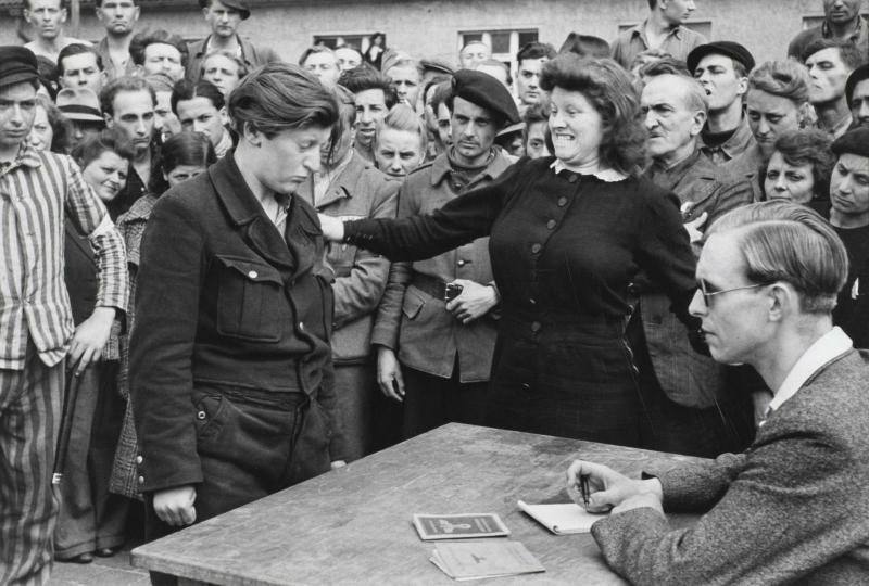 Henri Cartier-Bresson, À la libération du camp de déportés, une femme reconnaît une indicatrice de la Gestapo, Dessau, Allemagne, 1945 - Cultea