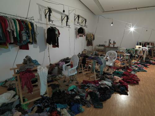 l 39 uvre o 39 black atelier clandestin centre pompidou. Black Bedroom Furniture Sets. Home Design Ideas