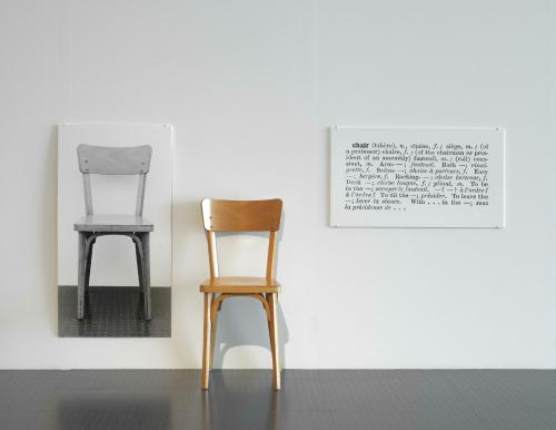 L 39 uvre one and three chairs centre pompidou for Art conceptuel oeuvre
